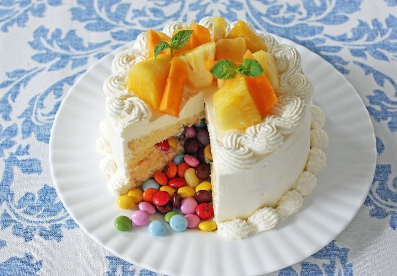 カットしてびっくり!「かくれんぼケーキ」