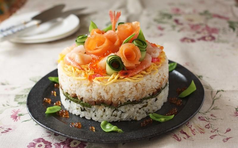 100均のお菓子の型を使って華やかな寿司ケーキ